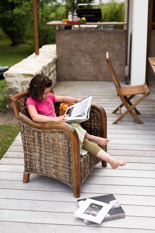 Ambiance sur la terrasse au bord de la piscine Eclairages Leds intégrés aux faux plafonds et plan de travail en céramique par Frédérique Bargeas