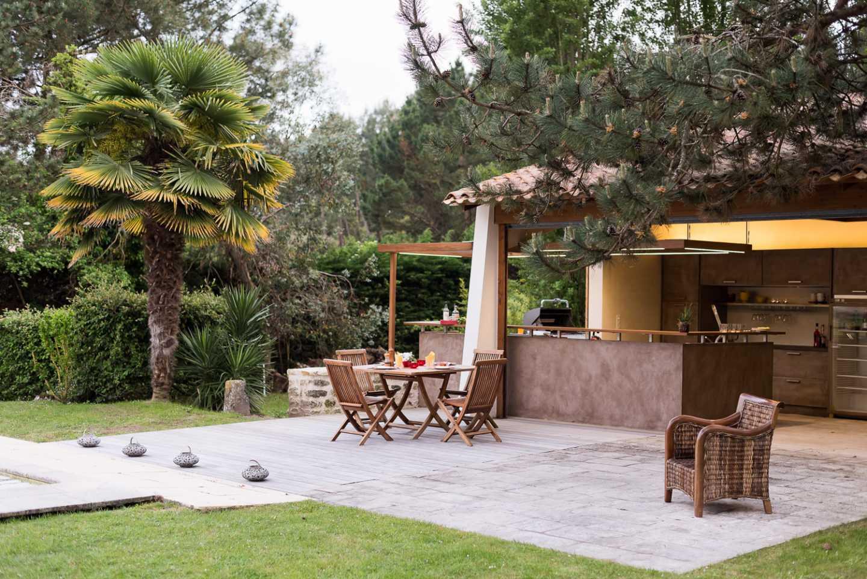 Amiance de jour de la terrasse et du jardin Eclairages Leds intégrés aux faux plafonds et plan de travail en céramique par Frédérique Bargeas
