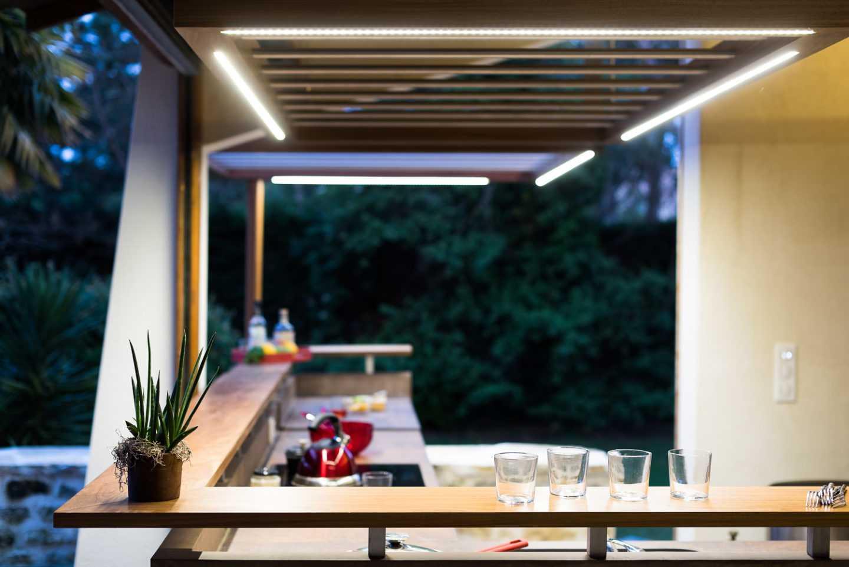 Eclairages Leds intégrés aux faux plafonds et plan de travail en céramique par Frédérique Bargeas