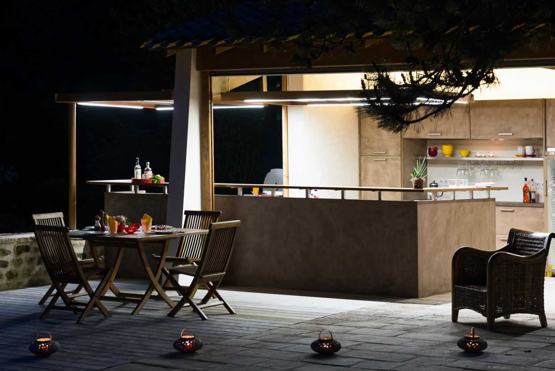 Ambiance de nuit au bord de la piscine par Eclairages Leds intégrés aux faux plafonds et plan de travail en céramique par © Frédérique Bargeas Architecte d'intérieur Charente Maritime Royan La Rochelle Rochefort Saintes