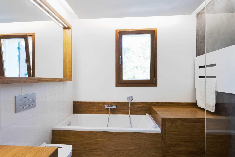 Salle de bain luxueuse avec mobilier en Assamela par Frédérique Bargeas