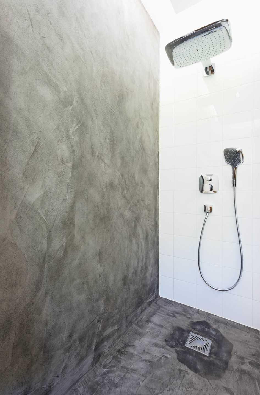 Douche à l'italienne en Béton ciré par Frédérique Bargeas