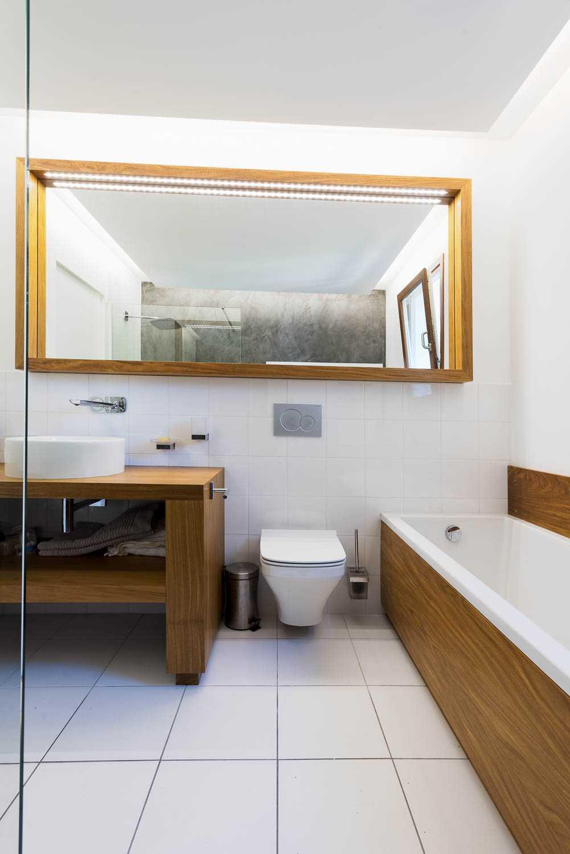 Salle de bain luxueuse avec Leds intégrés dans le miroir par Frédérique Bargeas